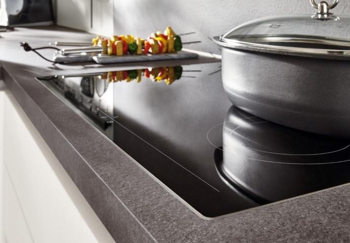 Integración de placa de cocción sin resalte en encimera.